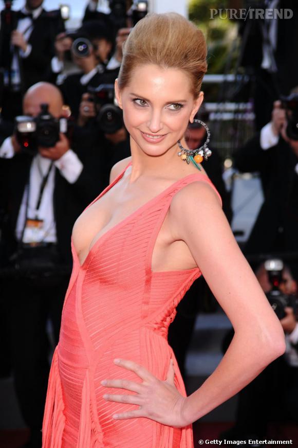 Cannes : les plus belles coiffures du dimanche 15 mai  Le chignon se fait graphique chez Frédérique Bel qui mise sur un volume XXL. Le port de tête est gracieux.