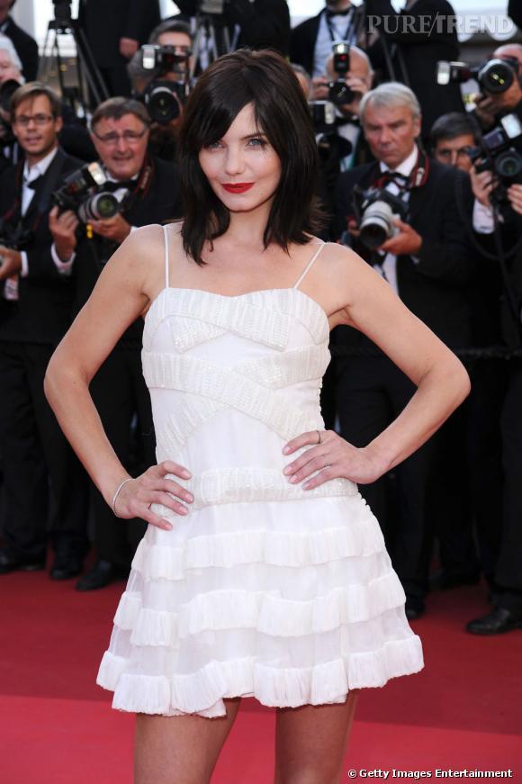 Cannes : les plus belles coiffures du dimanche 15 mai             La moue est poupine, la chevelure noire contraste avec le teint pâle de Delphine Chanéac. Le carré s'habille d'une mèche sur le côté.