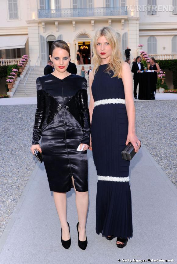 La magnifique Clémence Poésy, fidèle à Chanel, au côté d'une amie.