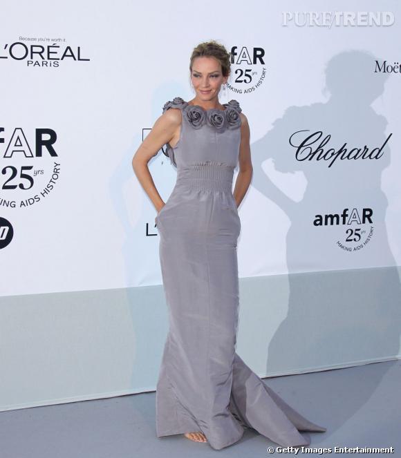 Uma Thurman, en robe taupe Chanel, est radieuse.
