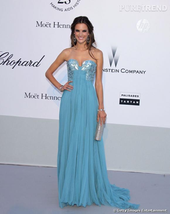 Alessandra Ambrosio, en robe mousseline bleue.