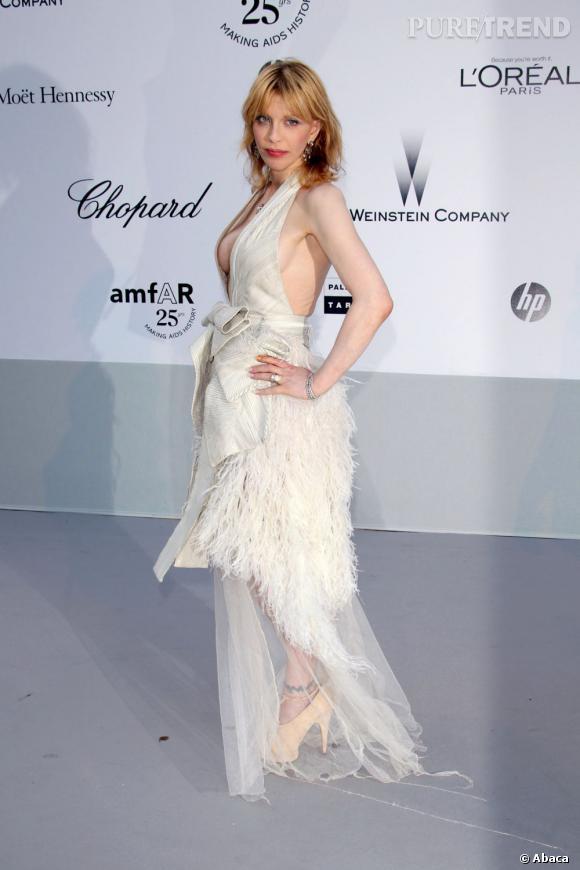 Coutney Love troque son petit tee-shirt pour une belle robe Givenchy Haute Couture.