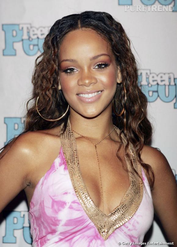 L'évolution coiffure de Rihanna    Début de la carrière de Rihanna, en 2005, la chanteuse arbore une chevelure bouclée, sans trop d'extravagance.