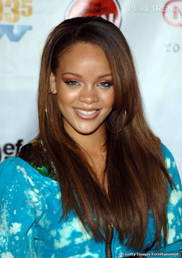 L'évolution coiffure de Rihanna    Le chevelure prend de la longueur, les mèches s'éclaircissent et se fondent. Rihanna est lumineuse.