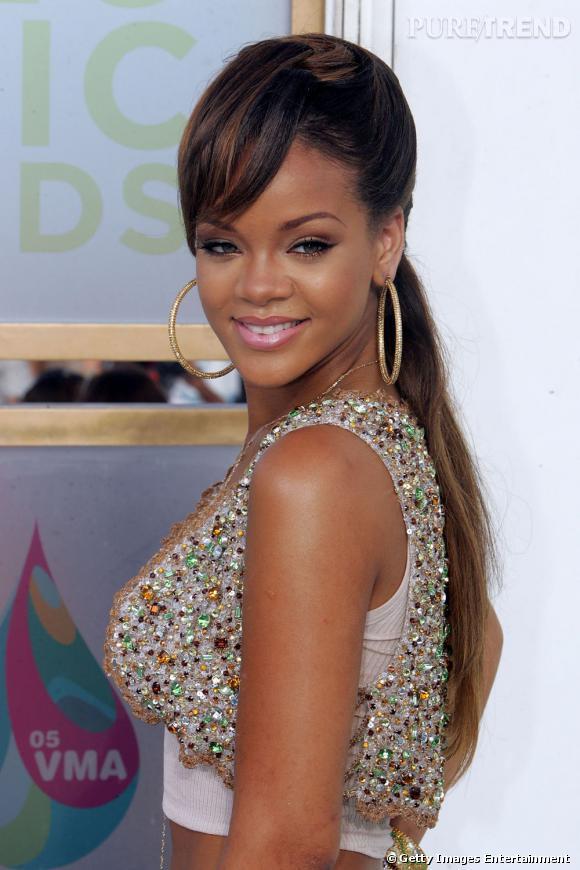 L Evolution Coiffure De Rihanna La Pony Tail Est Basse La Meche Sur