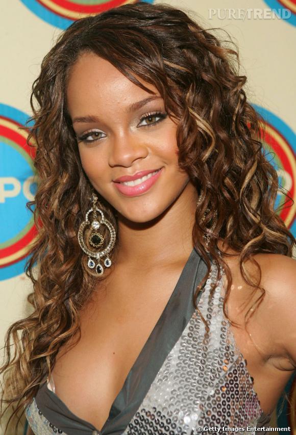 L'évolution coiffure de Rihanna    La chevelure est bi-colore ponctuée de mèches blondes, les bouclettes sont de mise