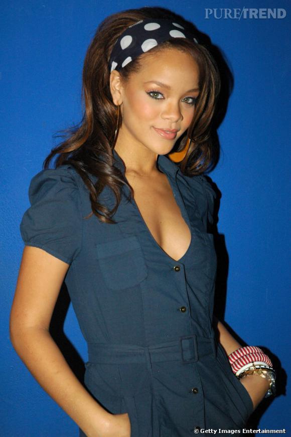 L'évolution coiffure de Rihanna    Rihanna accessoirise sa coiffure d'un bandeau à gros pois et ondule ses longueurs. Une mèche s'échappe de la coiffure et retombe sur le visage.