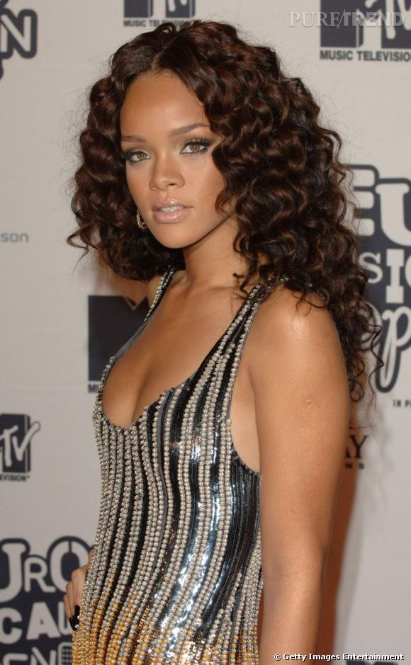 L'évolution coiffure de Rihanna    Sauvage, la crinière s'épaissit et prend du volume grâce aux boucles.