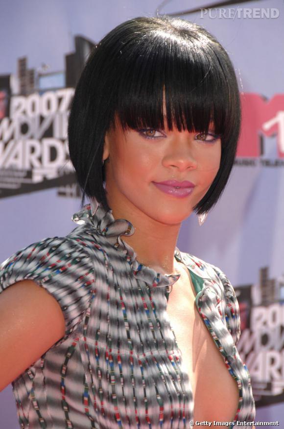 L'évolution coiffure de Rihanna    Le carré se raccourcit, la coupe se fait graphique et s'habille d'une frange.