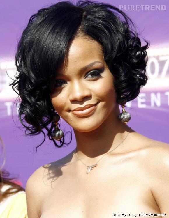 L'évolution coiffure de Rihanna    Plus glamour, Rihanna tente de boucler son carré noir de jais et l'habille d'une mèche lissée sur le côté.