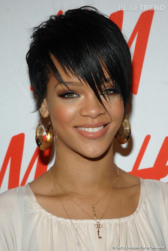 L'évolution coiffure de Rihanna    Sans contrefaçon, une coupe de garçon et pas n'importe laquelle. Rihanna mise sur un court graphique et laisse retomber sur son visage des mèches inégales.
