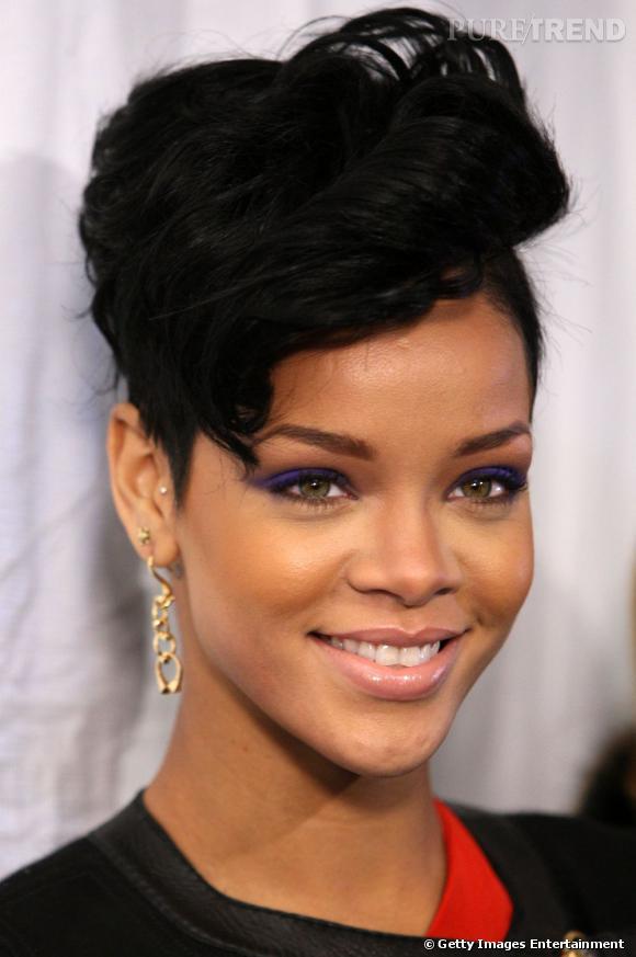 L'évolution coiffure de Rihanna    Rihanna conserve son court mais l'habille d'une coupe plus rock, le haut de la tête prend du volume.