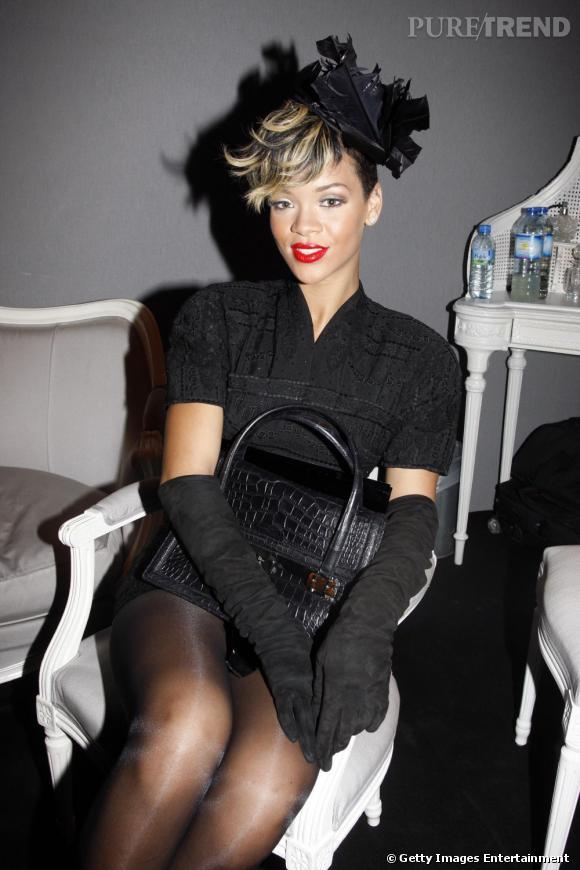 L'évolution coiffure de Rihanna    Le court s'accessoirise d'un bibi graphique et la mèche sur le devant se fait bi-color. Une coiffure extravagante que Rihanna assume parfaitement.