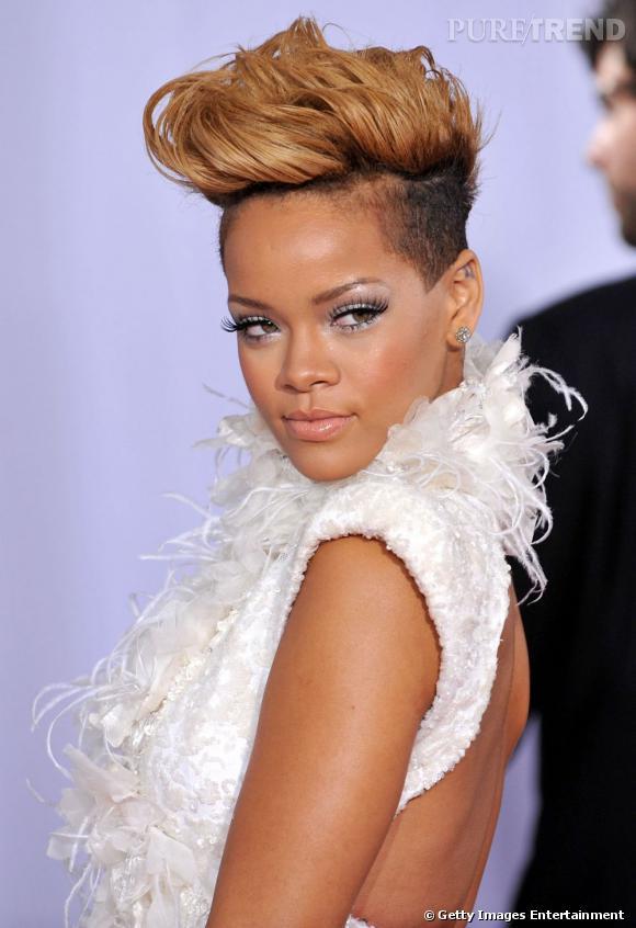 L'évolution coiffure de Rihanna    Rihanna se mue en punk moderne. Le crâne est rasé surplombé d'une mèche blonde en guise de crête, haute en volume.