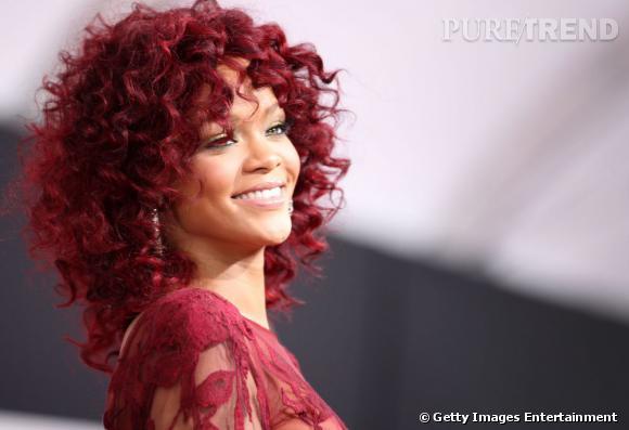 L'évolution coiffure de Rihanna    Rihanna mise sur une crinière afro rouge bordeaux qui illumine son visage.