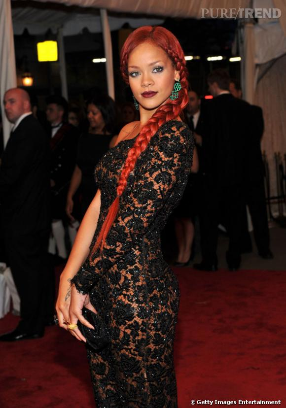 L'évolution coiffure de Rihanna    La tendance est certes à la tresse mais pas à la tresse XXL et qui plus est, rouge criard. Rihanna ose une coiffure extravagante lors de la soirée en hommage à Alexandre McQueen, pas très glamour.