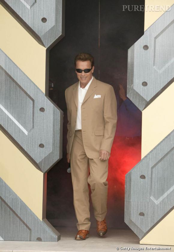 """La même année, il fait revivre la folie """"Terminator"""" avec une arrivée plus que remarquée. Costume crème et lunettes oversized sont de mise."""