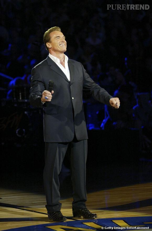 En 2004, il vient soutenir la NBA avant un match. Le tout dans un élégant costume noir.