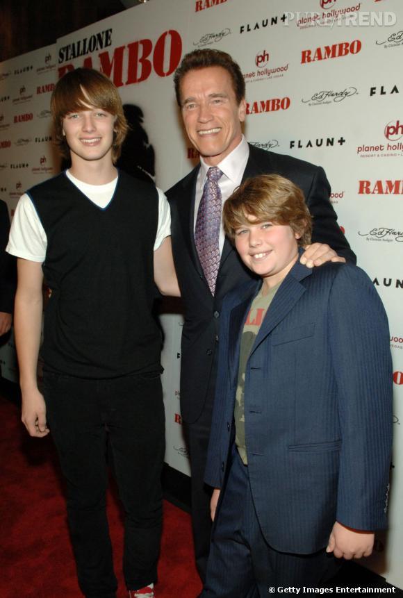 En 2008 avec sa petite famille, Arnold ré-opte pour sa combinaison fétiche : la cravate qui fait tout.