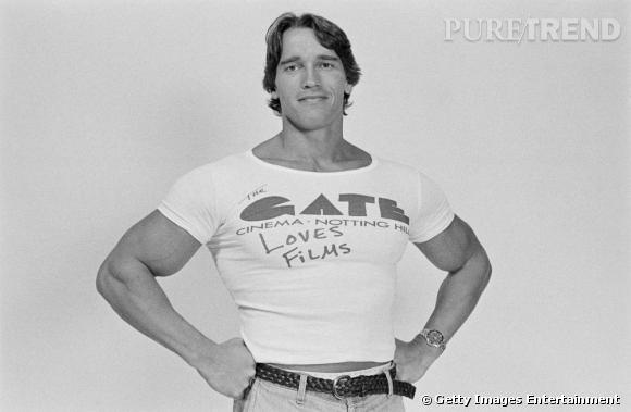 En 1977, l'acteur n'a pas vraiment perdu du muscle et aime les petits tee-shirts blancs moulants.