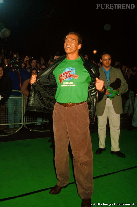 """La même année, il joue les Hulk, un brin effrayant, avec son tee shirt """"Planet Hollywood"""" vert."""