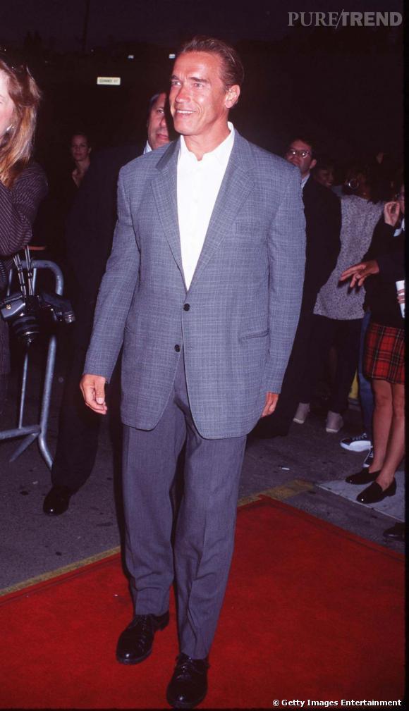 Sur tapis rouge, Arnold veut faire simple et porte un costume bleu gris accompagné d'une simple chemise blanche, discrète.