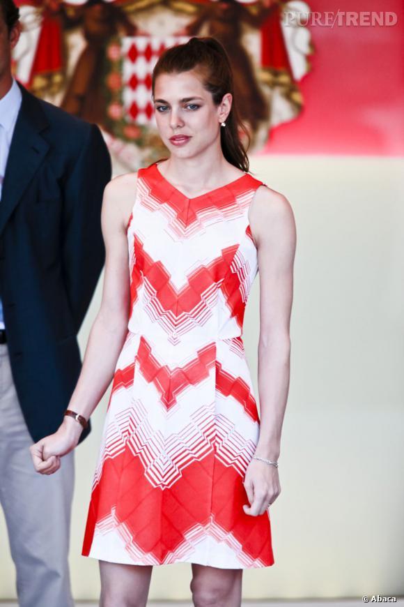 outlet bien connu nouvelle version La belle porte une robe rouge et blanche qui flatte sa ...