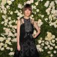 Modeuse, la jeune femme s'affiche à la Fashion Week et aux soirées de créateurs comme ici en Chanel à la soirée Chanel Tribeca Film Festival Artists Dinner.