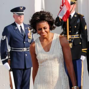 La coiffure wild, Michelle Obama se donne des allures très bohèmes avec des bracelets en nombre Alexis Bittar.