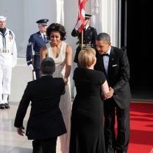 Michelle Obama accueille la chancelière allemande Angela Merkel à la Maison Blanche aux côtés de Barack Obama.