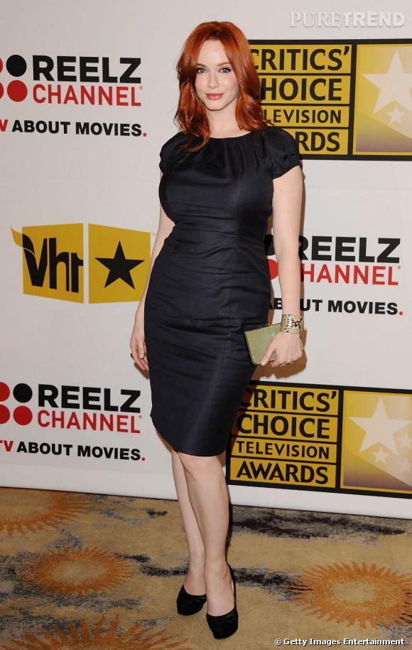 """Christina Hendricks, sexy dans une robe en laine et soie signée Hugo Boss, aux """"Critics Choice Television Awards""""."""