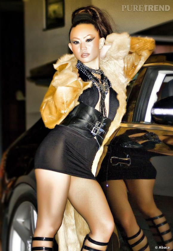 Nom : Ayi Jihu Pays : Chine Son équivalent international : Tila Tequila Plus que de la musique, c'est de la sex-attitude que Ayi vend dans ses Cd's. Adepte des mini-shorts en cuir, elle ne rate pas une occasion de trémousser son booty sur ses tubes.