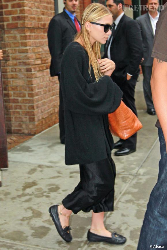 Ashley Olsen cache sa silhouette sous un amas de vêtement... Et parait tout de suite beaucoup plus vieille.