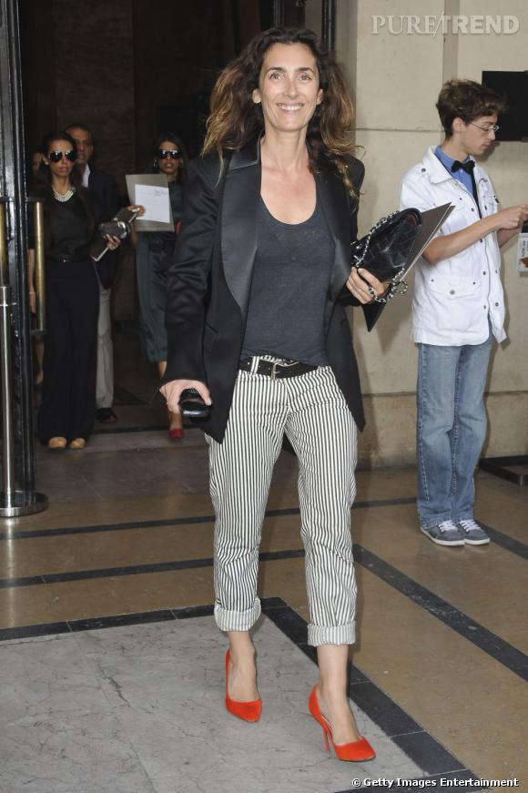 Mademoiselle Agnès, une femme qui a du style en corsaire rayé et escarpins flashy, à la sortie du défilé d'Elie Saab.