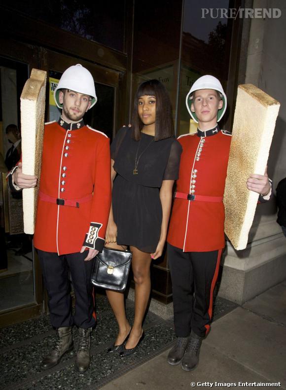 VV Brown, féminine et rétro se fait piquer la vedette par des gardes anglais.