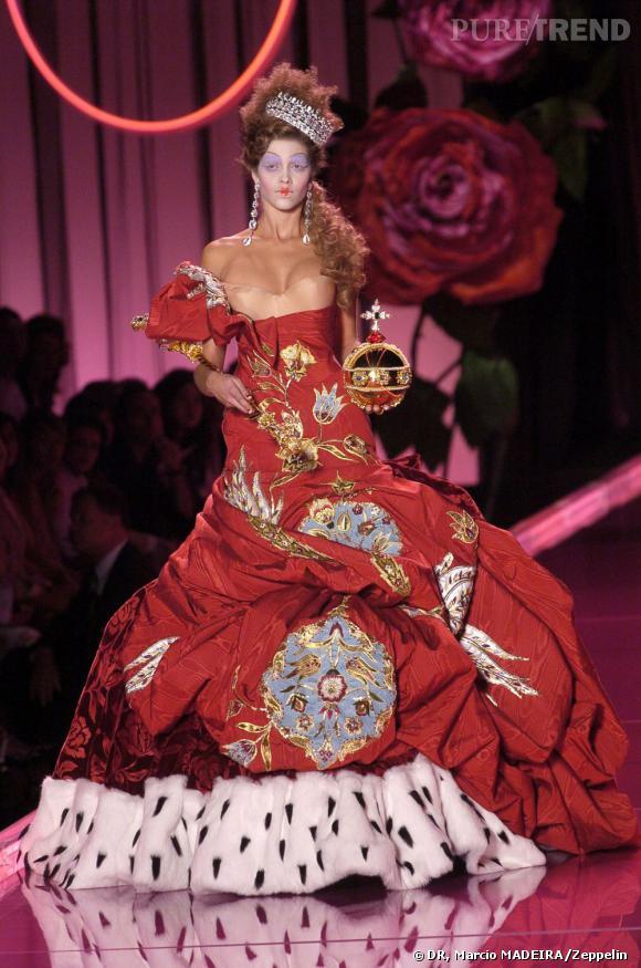 Maison Christian Dior. Robe haute couture automne/hiver 2004/2005. Robe en moire et velours rouge paré de broderies bleues et blanches. Collection archives de la Maison Dior.
