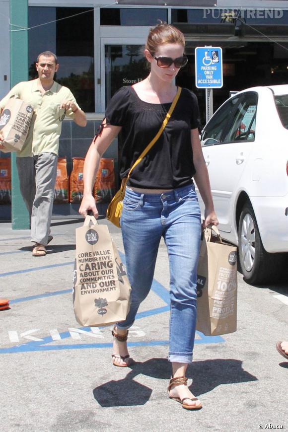 L'actrice mise sur un look simple, composé d'un haut noir ajouré, d'un jean délavé et d'une paire de nu-pieds perlés.