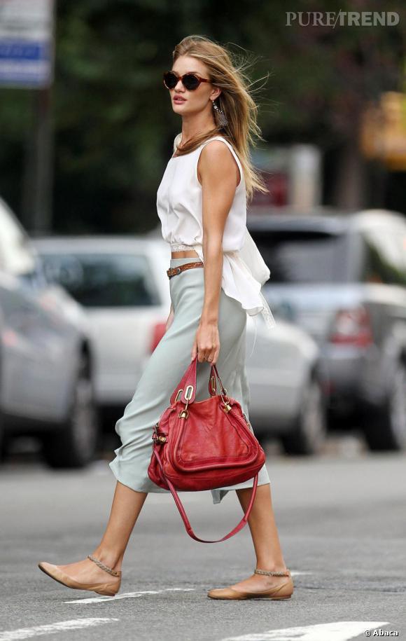Rosie Huntington-Whiteley, casual et branchée pour une balade dans les rues de New-York.