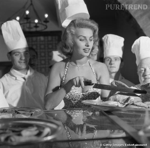 """Sophia Lauren est une vraie italienne, qui aime le jambon cru et les pâtes aldente, et qui n'hésite pas à passer derrière les fourneaux histoire de donner ses meilleures recettes du pays. """"Sophia Loren's Recipes and Memories"""" GT Publishing Corporation, 1998."""