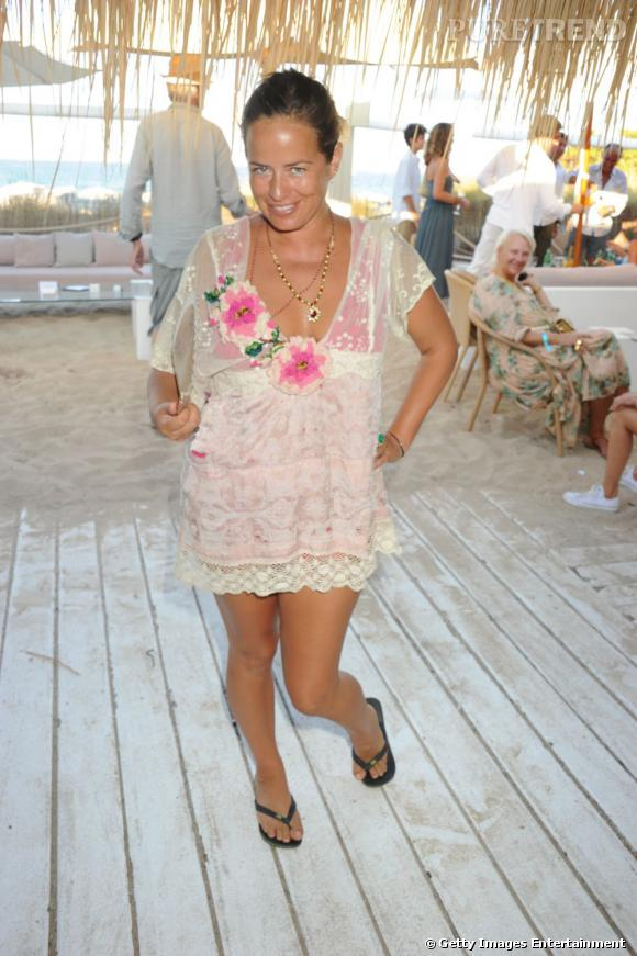 Jade Jagger, en mini robe à dentelle pour la Teenage Cancer Trust Party à Ibiza.