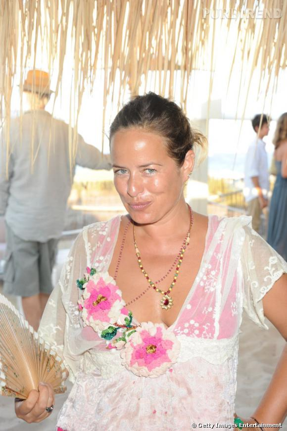 Jade Jagger orne son cou de deux colliers pour parfaire cette tenue féminine.