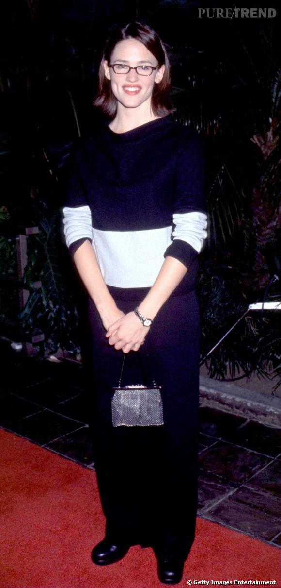 """Le pire """"red carpet"""" : Lunettes carrées, chaussures lourdes... Jennifer Garner débute sa carrière d'actrice. Elle n'y connait rien en mode, et ça se voit."""