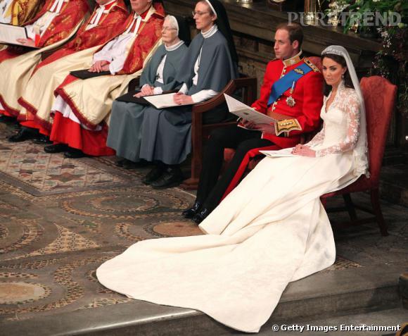 Une robe à la traîne impressionnante qui rappelle celle de Lady Diana.