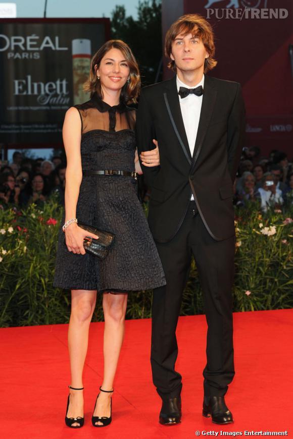 27 août 2011 : Sofia Coppola se marie en Azzedine Alaïa avec Thomas Mars. Sur la photo, elle est ultra chic en Louis Vuitton.