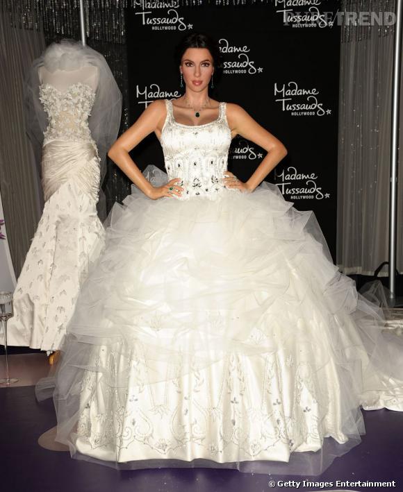 20 août 2011 : Kim Kardashian devient la femme de Kris Humphries. Et elle est habillée par Vera Wang. Au même moment, sa statue de cire est réalisée et Kim porte du Simin.