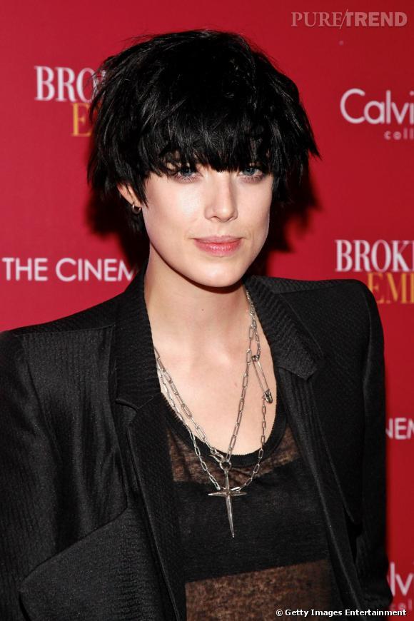 Du blond polaire tendance  blondarexia , Agyness Deyn est passée au noir corbeau. Côté coupe, elle ne change pas ses habitudes et choisit une coiffure cheveux bruns courte effet coiffé-décoiffé.