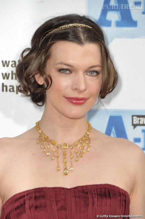 Milla Jovovich  se fait un look de princesse avec une petit carré brun légèrement ondulé accessoirisé d'un head band doré. Simple et sophistiqué à la fois.