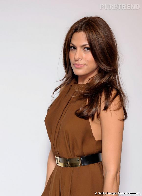 Côté coiffure cheveux bruns,  Eva Mendès  aime le long, si possible légèrement wavy pour un look glamour face aux photographes.