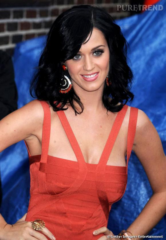 Entre deux folies capillaires (elle a essayé le roux et le  rose ),  Katy Perry  revient à son brun d'origine. Avec une coiffure longue et ondulée, elle est parfaite.