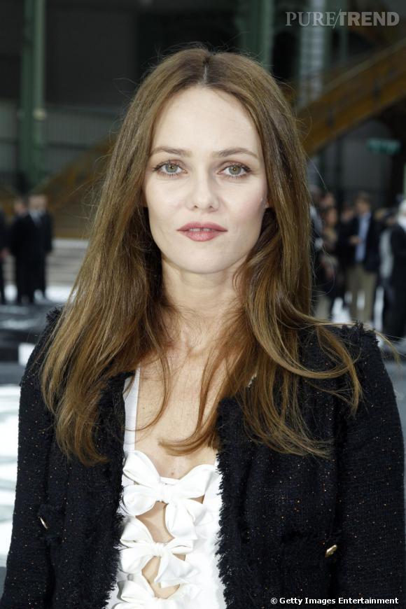 Vanessa Paradis  opte pour le naturel avec une coiffure cheveux bruns longue et impeccablement lissée. Classique et féminin.